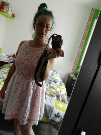 Avec une jolie robe achetée aux 3suisses pendant les soldes.